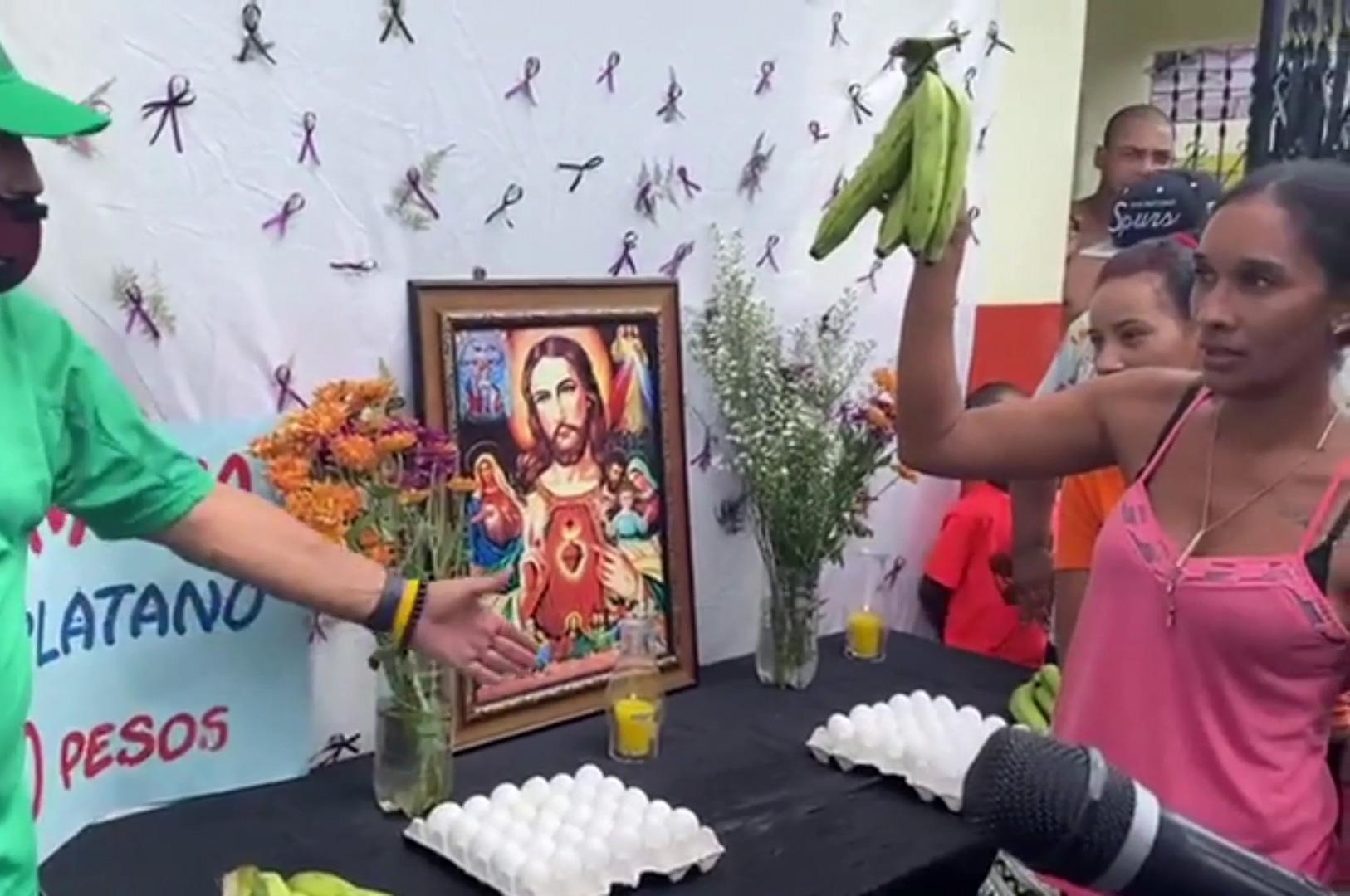 En Moca están contrarrestando los precios del plátano… Con una hora santa
